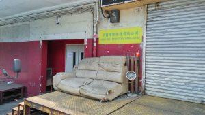 Старый диван для перекура у гаража