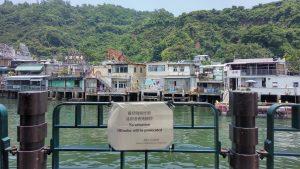 Табличка о том, что писать в воду не рекомендуется