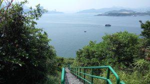 Вид на лестницу, ведущую вниз к морю