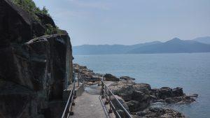 Скала и дорога к достопримечательности называемой Rock Carving