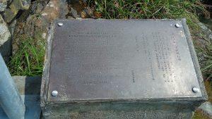 Табличка с историей открытия камня