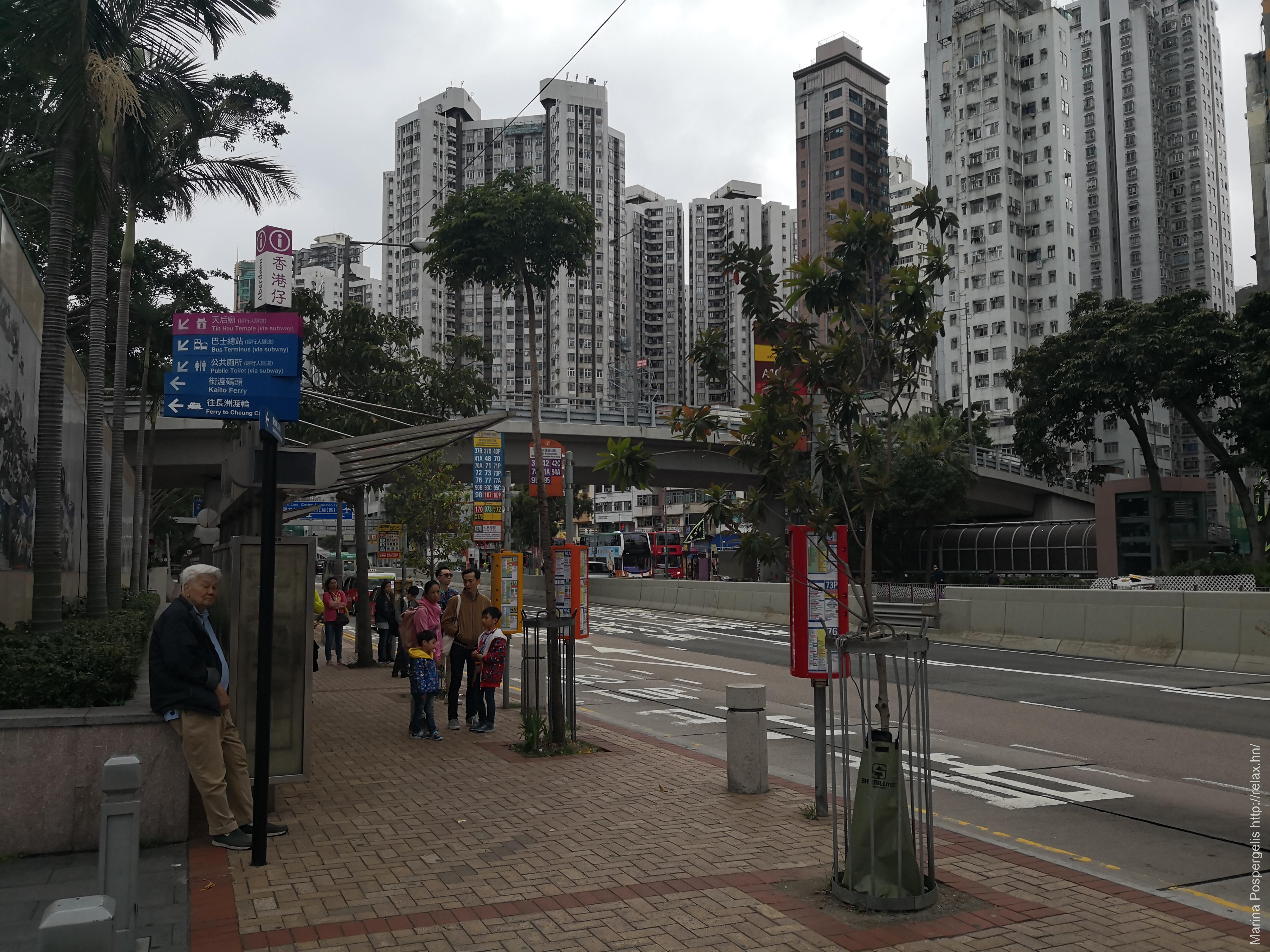 Автобусная остановка с крышей