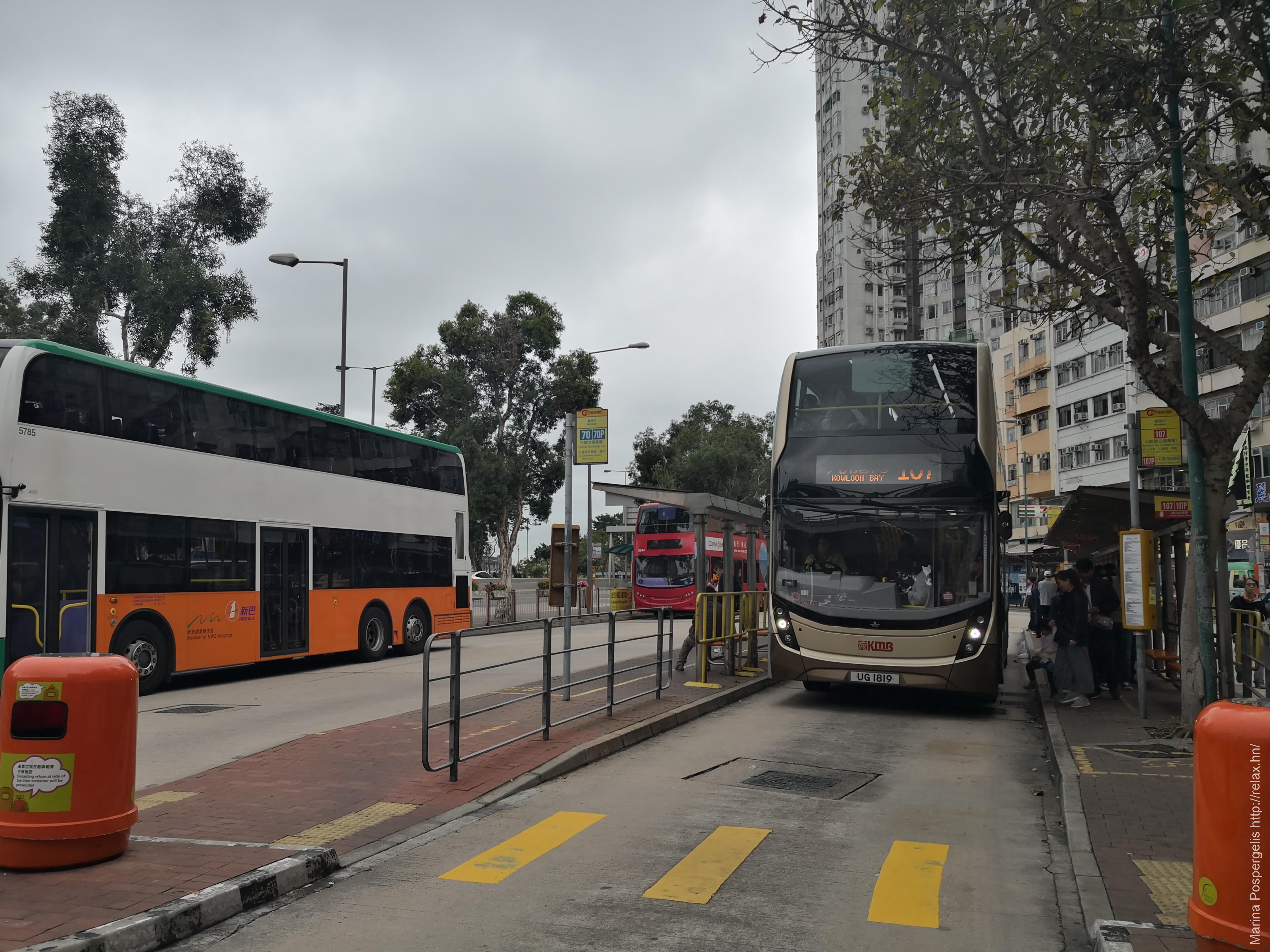 Автобус на остановке автобусного терминала